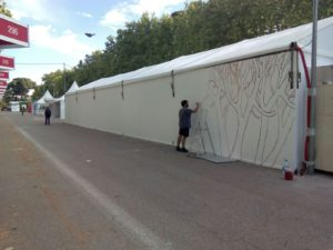 Pablo Sánhez pinta las paredes del Pabellón Infantil