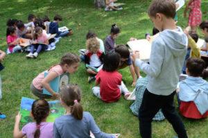 Grupo de niños leyendo en el Retiro