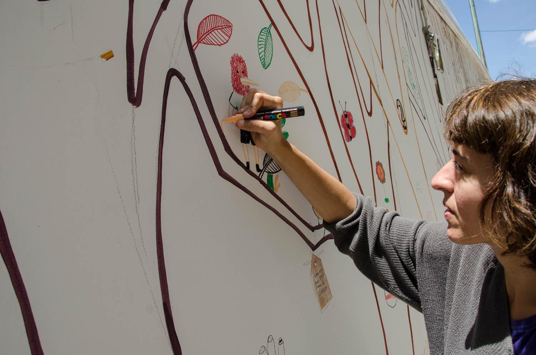 Alejandra Fernández pinta en los ´rboles del pabellón infantil